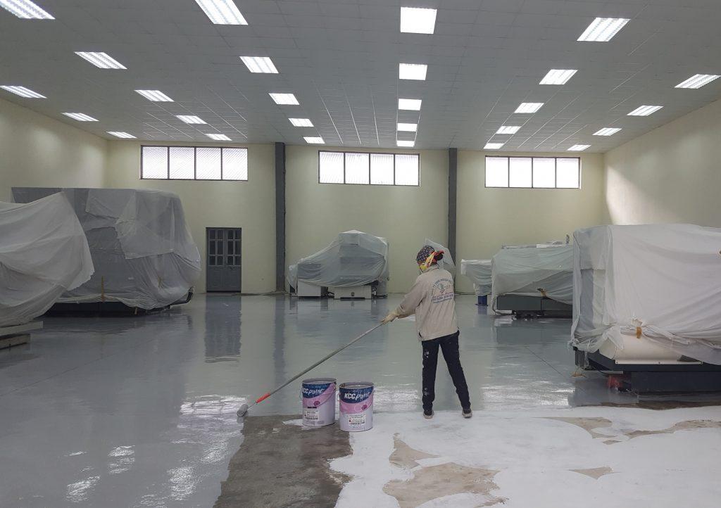 Thi công lớp sơn phủ sau khi đã sơn lớp lót.
